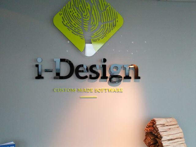 Gevelletters en logo in kantoorruimte